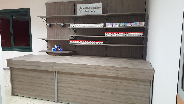 Retrobanco tabaccheria in legno shorewood da 300 con for Montaggio arredamenti negozi