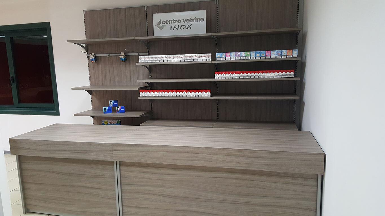 Retrobanco tabaccheria in legno shorewood da 300 con banco for Montaggio arredamenti negozi