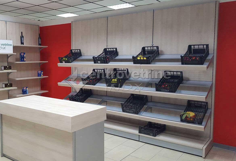 Arredamenti per negozi banchi e vetrine neutre e refrigerate for Arredamento ortofrutta in legno