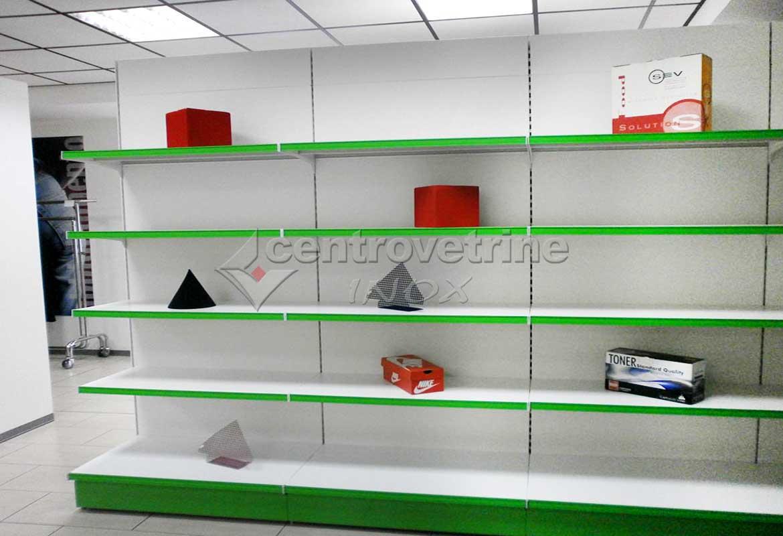 Arredamenti per negozi banchi e vetrine neutre e refrigerate for Arredamento ferramenta