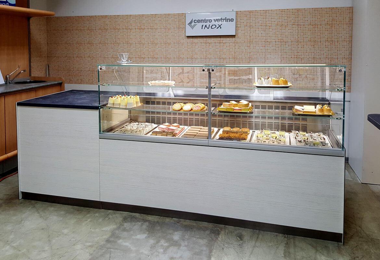 Arredamenti per negozi banchi e vetrine neutre e refrigerate for Banchi bar e arredamenti completi