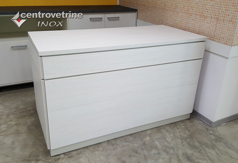 Arredamenti per negozi banchi e vetrine neutre e refrigerate for Bancone ikea